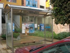 Panel en parada autobús